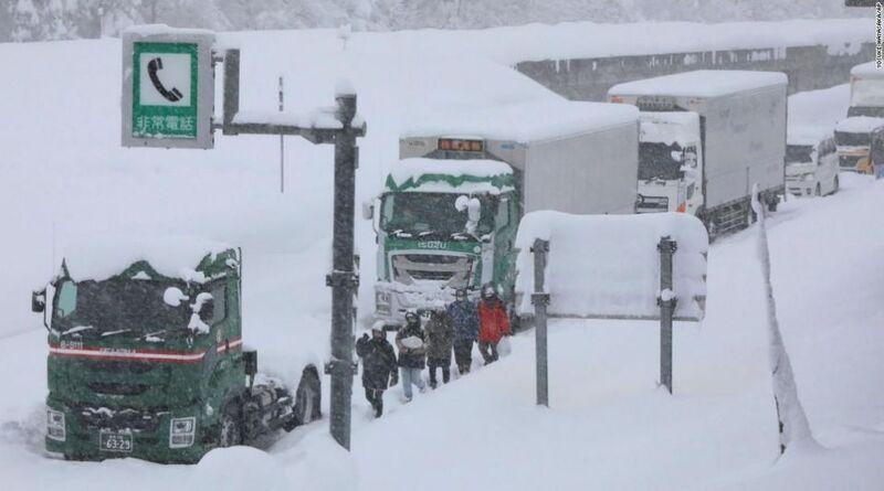 Badai Salju Melanda Jepang : 1000 Mobil Terjebak Di Jalan Tol